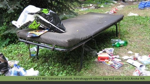 Hátrahagyott tábori ágy az udvaron, eső után | G.G.Arche Kft.